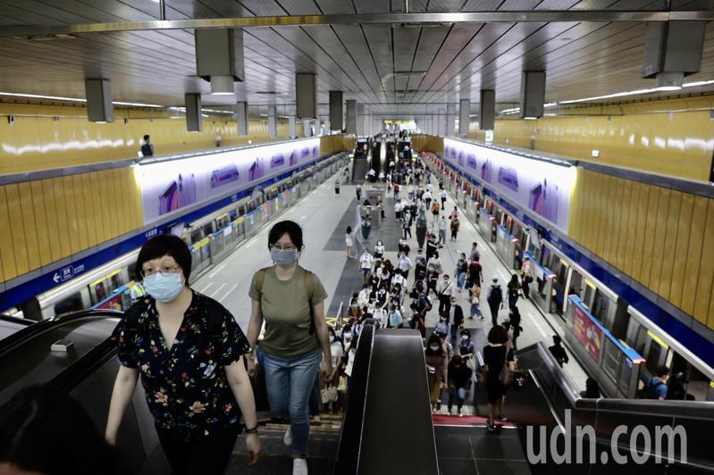 肺炎疫情嚴峻,以往在上班時間擁擠不堪的台北捷運,人潮明顯大減。聯合報系資料照/記者許正宏攝影
