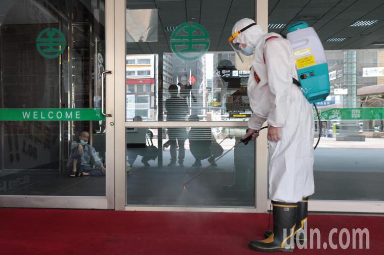 消毒人員在台北車站大廳周邊噴灑消毒藥水。記者蘇健忠/攝影