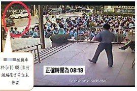 福隆宮監視器拍到東山國中三年級師生10日在福隆宮廣場集合時,68歲確定病例騎車經過,未進廟內。圖/台中市新聞局提供