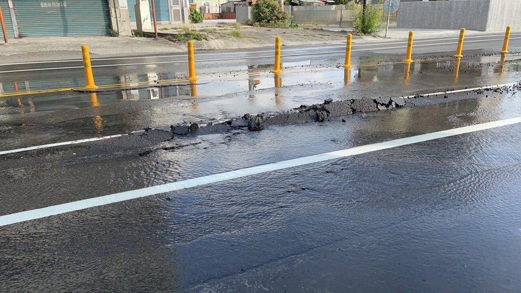 高雄岡山位於嘉峰路上一處自來水管,今天上午不明原因爆裂。圖/岡山區公所提供