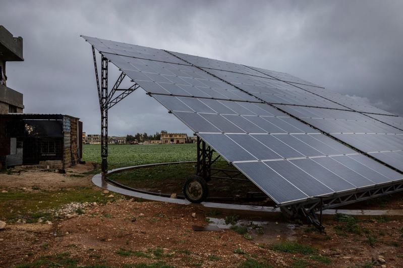 在敘利亞伊德利卜市,一個小型金屬作坊使用太陽能發電,他們的太陽能板還能隨著日光調整方向。圖/取自紐約時報