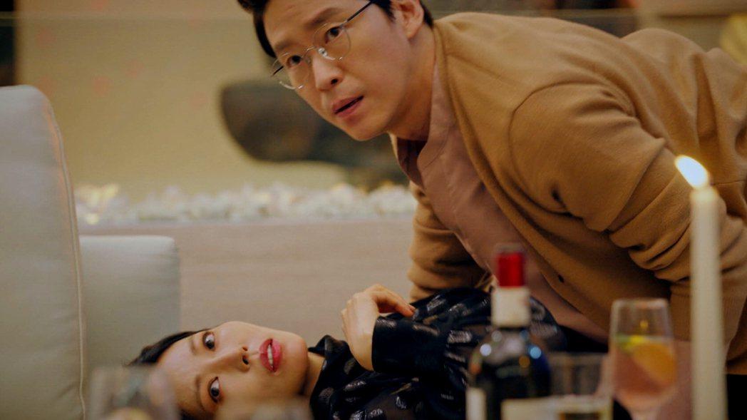 金素妍、嚴基俊在劇中搞不倫被抓包。圖/東森戲劇台提供