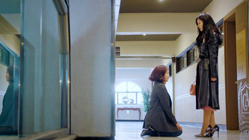 柳真(左)在劇中為了保護女兒,向金素妍下跪求饒。圖/東森戲劇台提供