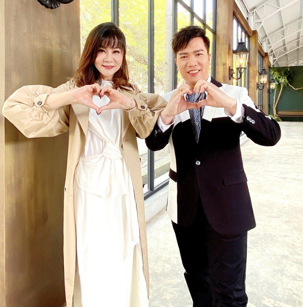 龍千玉(左)與師弟劉信明合唱華、台語新歌「等愛的女人」。圖/豪記唱片提供