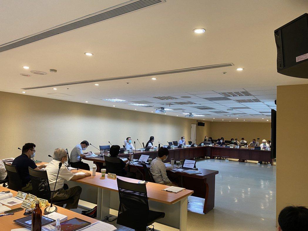 台北市今天針對雙子星開環評會,雖室內梅花座拉開距離,委員出席率勉強達標,尤其府外...