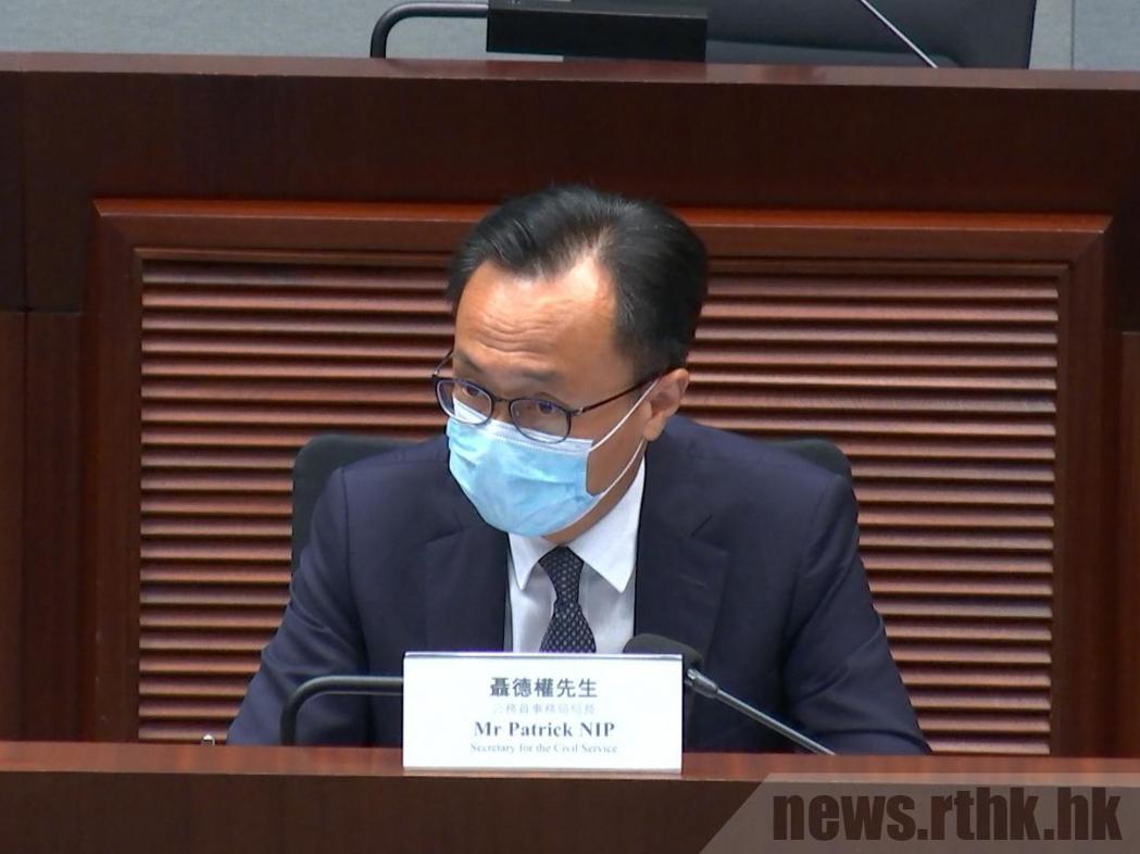 香港公務員事務局局長聶德權。香港電台