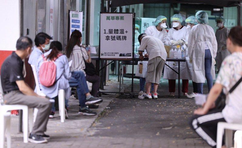 台北市聯合醫院和平院區外的快篩站,民眾排隊快篩。記者黃義書/攝影