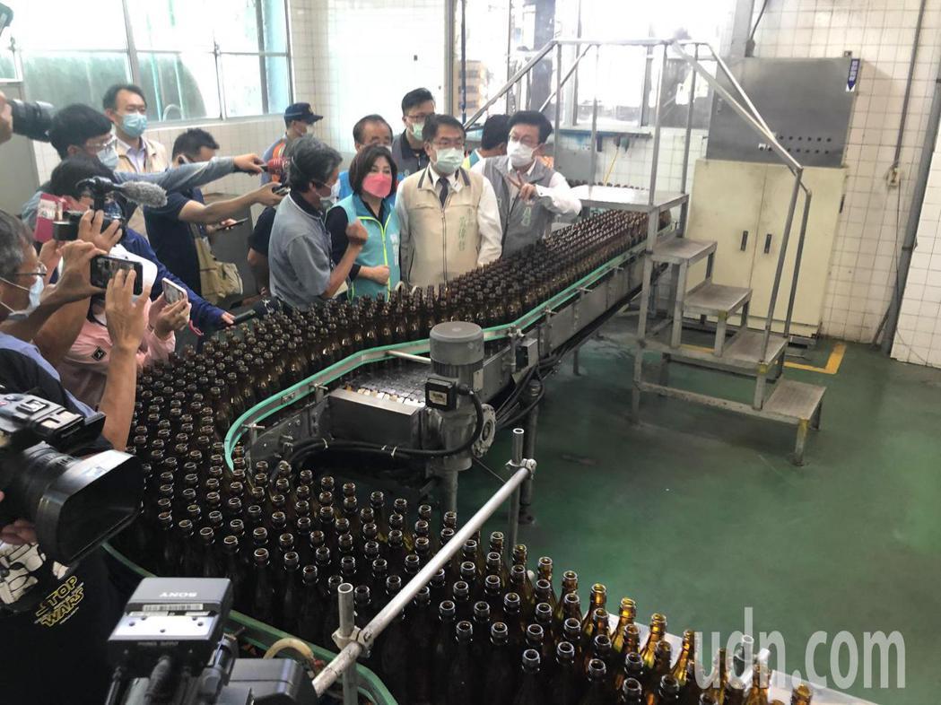 台南市長黃偉哲(右二)考察隆田酒廠酒精生產狀況。記者周宗禎/攝影