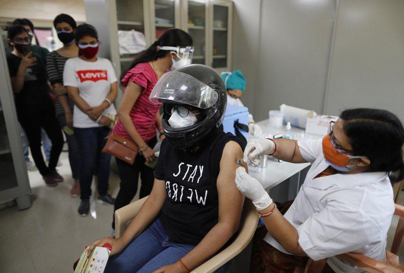 專家呼籲富國釋出多餘疫苗協助窮國,否則全球疫情曠日持久。(美聯社)