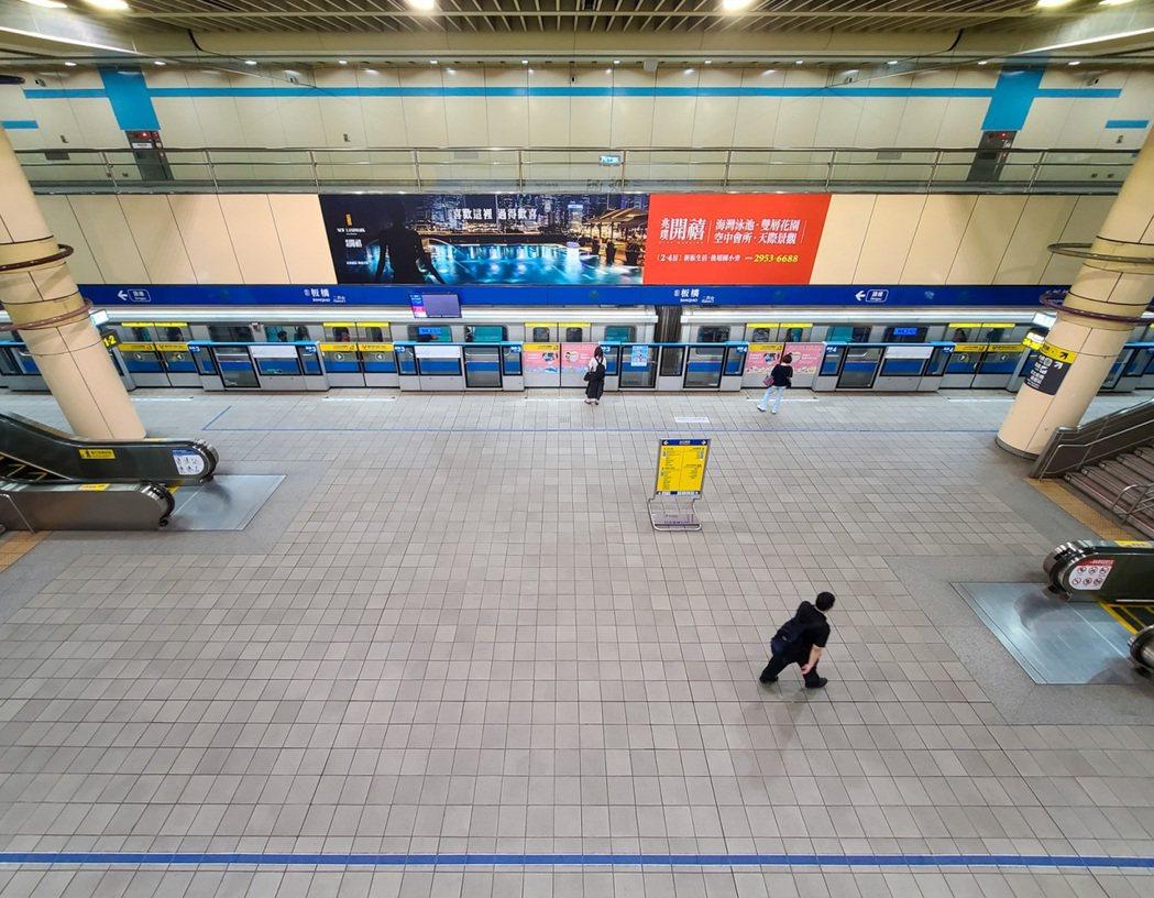 今天是雙北疫情提升為三級後的第一個上班日,捷運板橋站內七點半後的上課時間還是空空...