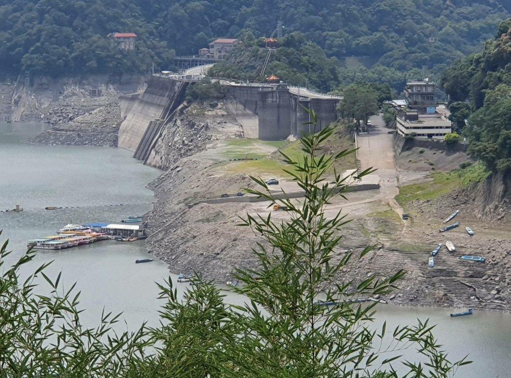 石門水庫水位持續下降,遠看大壩碼頭的船艇,像從1樓降到地下1樓。:圖/仙島住民黃...