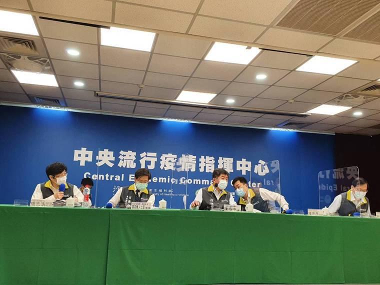 中央流行疫情指揮中心記者會出席名單,第一排由左到右疫情監測組組長周志浩、專家諮詢...