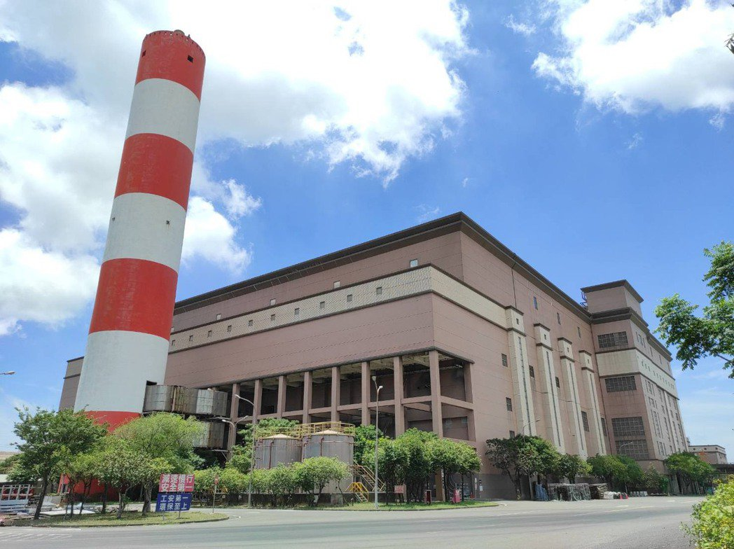 高雄市南區焚化爐啟用21年,每日處理量原為1800噸,運轉效能逐年下降,109年...