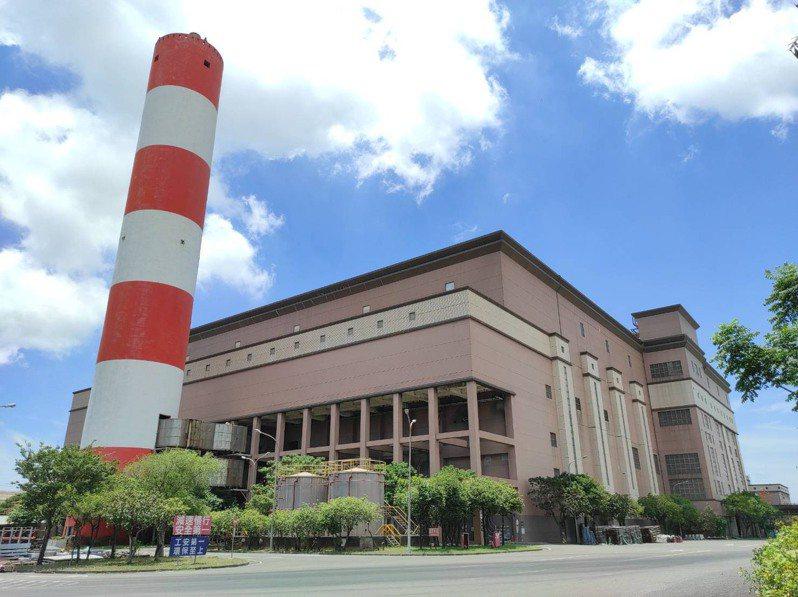 高雄市南區焚化爐啟用21年,每日處理量原為1800噸,運轉效能逐年下降,109年平均每日只剩1260噸。圖/高市環保局提供
