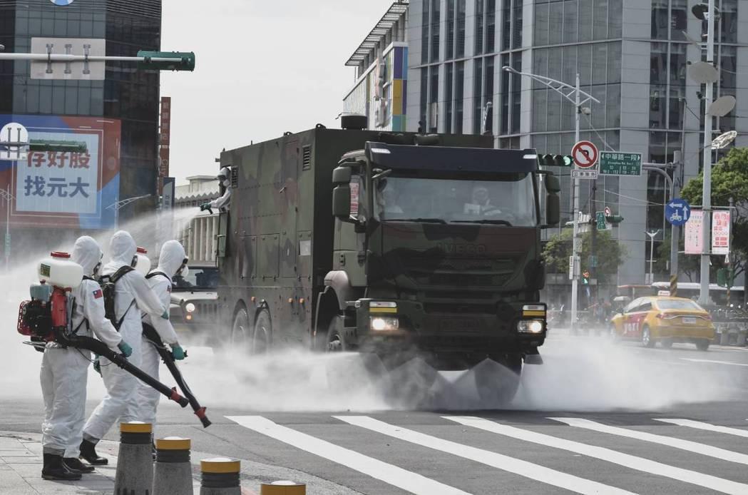 33化學兵群於萬華地區消毒。圖/軍聞社