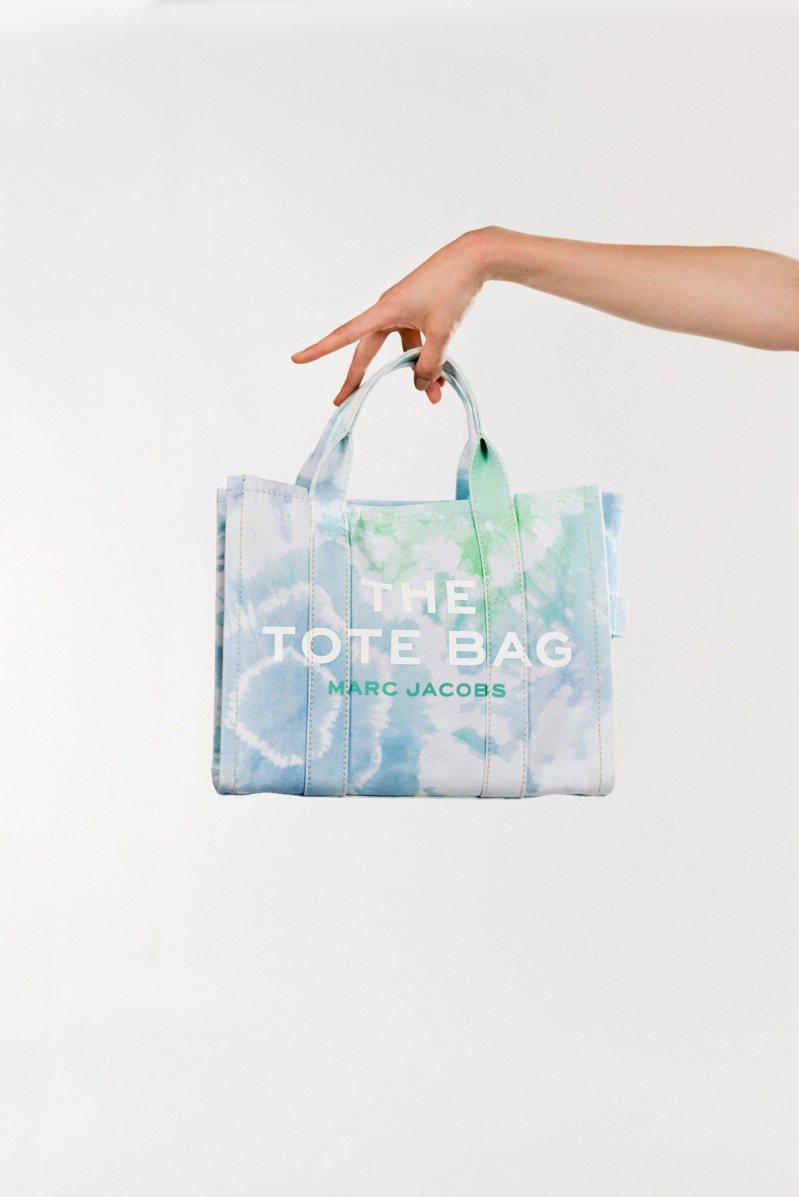 天空藍渲染The Tote Bag (小) ,10,990元。圖/Marc Jacobs提供