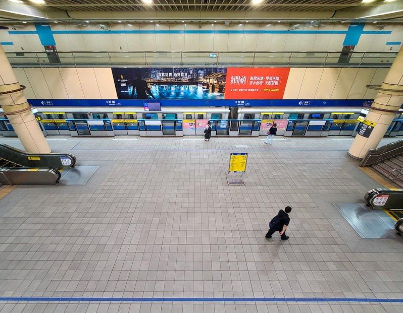 今天是雙北疫情提升為三級後的第一個上班日,捷運板橋站內上午七點半後的上班時間還是空蕩蕩的。記者鄭超文/攝影
