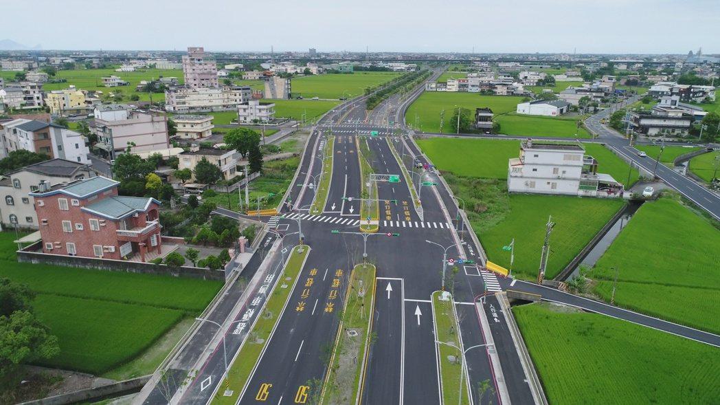 寬40公尺、長2.1公里的二結聯絡道優先段今天通車,是宜蘭重要的東西向幹道。圖/...