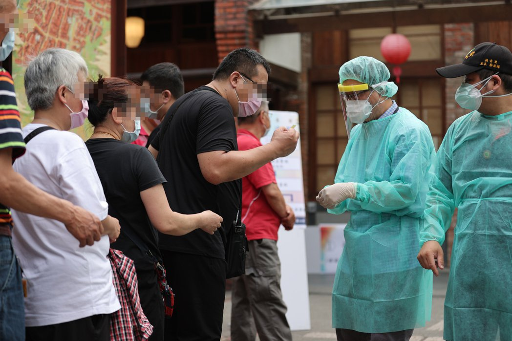 國內疫情多點爆發,北市府在萬華剝皮寮設立採檢站進行篩檢。圖/本報資料照