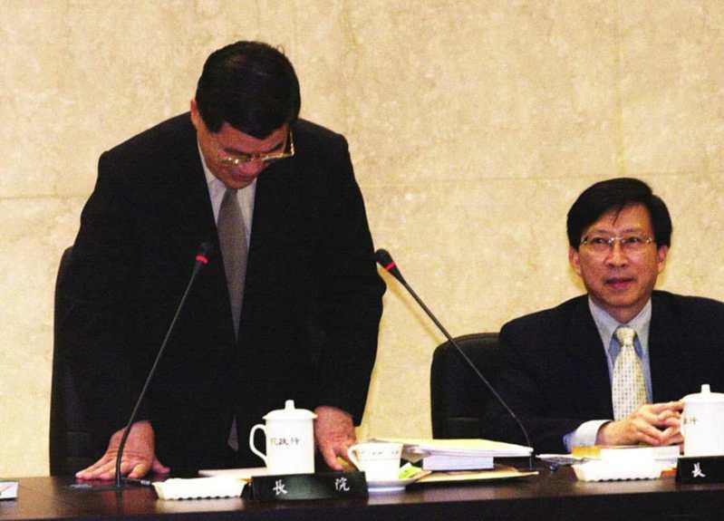 行政院長蕭萬長召開行政院最後一次院會,會後蕭萬長院長向全體閣員一鞠躬表達感謝之意,也為他2年8個月的任期劃上句點。圖/聯合報系資料照片