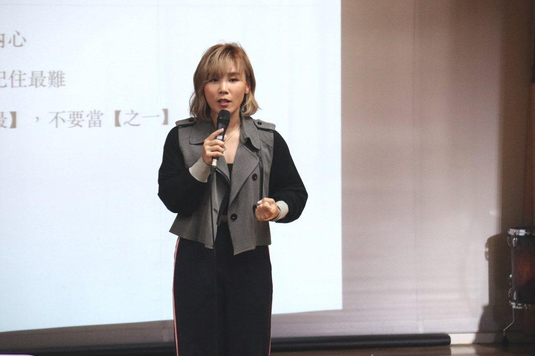 李佳薇和同學們分享人生的遺憾。圖/台南應用科技大學提供