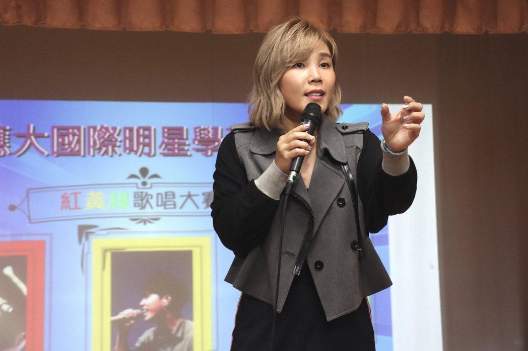 李佳薇首次當客座導師,親自準備教材。圖/台南應用科技大學提供
