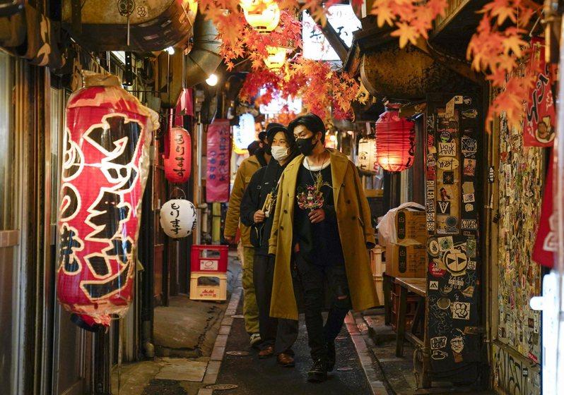 日本政府完全無法抑制人民通勤移動,因此,不如把力氣用在夜間飲食場所,要求餐飲業縮短營業時間,提前打烊。歐新社