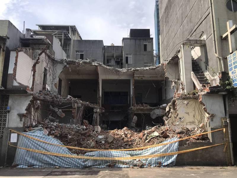 陳復禮故居日前突遭拆除大半,台北市府文化局緊急貼暫定古蹟公告後,怪手已撤走。圖/台灣歷史資源經理學會提供