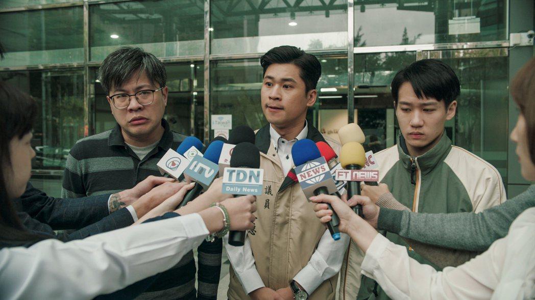 黃迪揚(中)在劇中飾演的議員頗受好評。圖/公視、myVideo提供