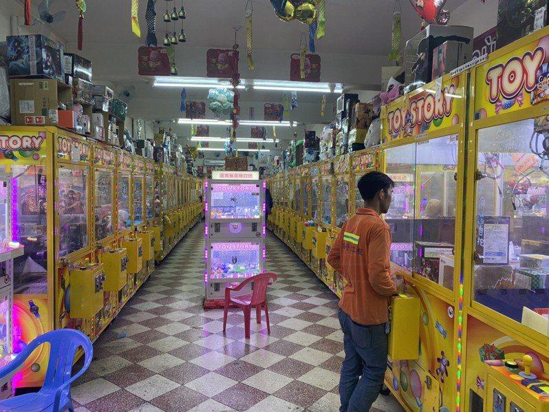 家娃娃機店難以落實防疫措施,也全面暫停營業。圖/北市產發局提供