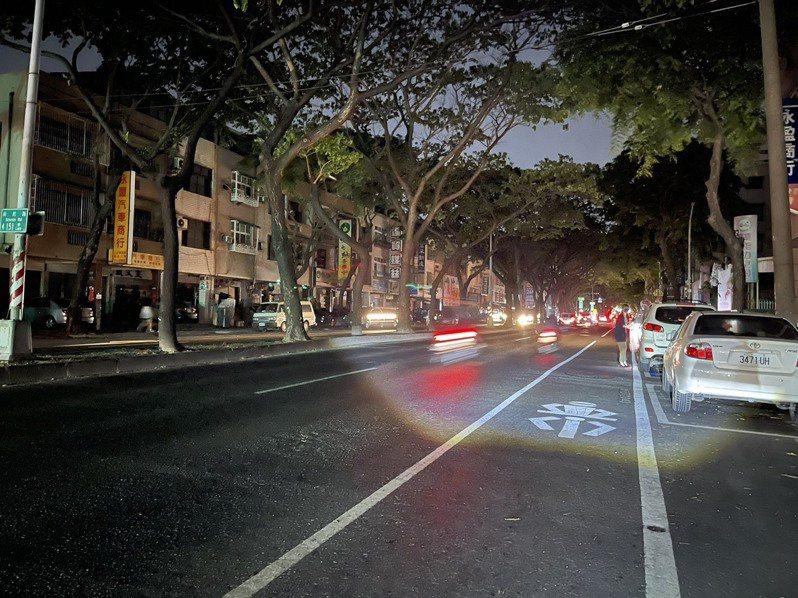 513全台大停電陰影還在,今晚又出現停電狀況,高雄市大順二路一帶今晚黑漆漆。記者劉學聖/攝影