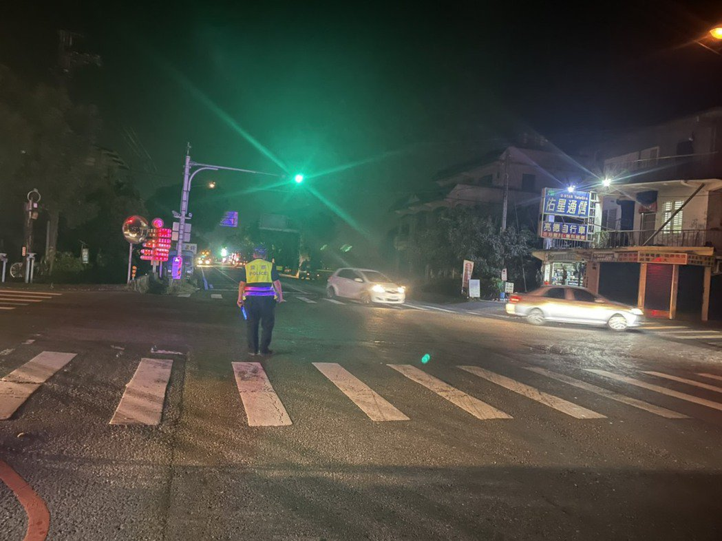 興達電廠又跳電,也造成宜蘭三星地區停電,員警到路口指揮交通。圖/警方提供