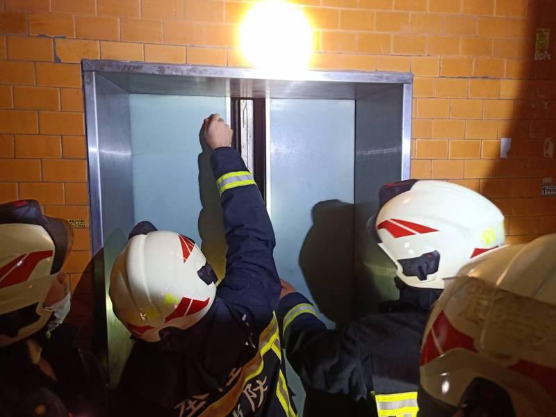 台電今晚無預警停電,基隆市消防局已接獲3件電梯受困案件,均順利救出受困人。記者邱瑞杰/翻攝