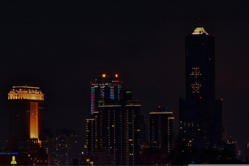 高雄市地標八五大樓今天以房間燈光點著「平安」二字,希望在疫情陰霾下為台灣人祈福。記者張議晨/攝影