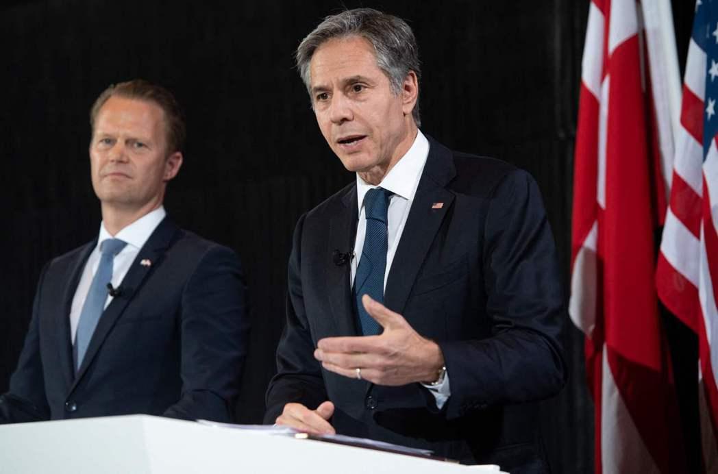 美國國務卿布林肯17日在哥本哈根與丹麥外長庫服特(左)共同召開記者會。法新社