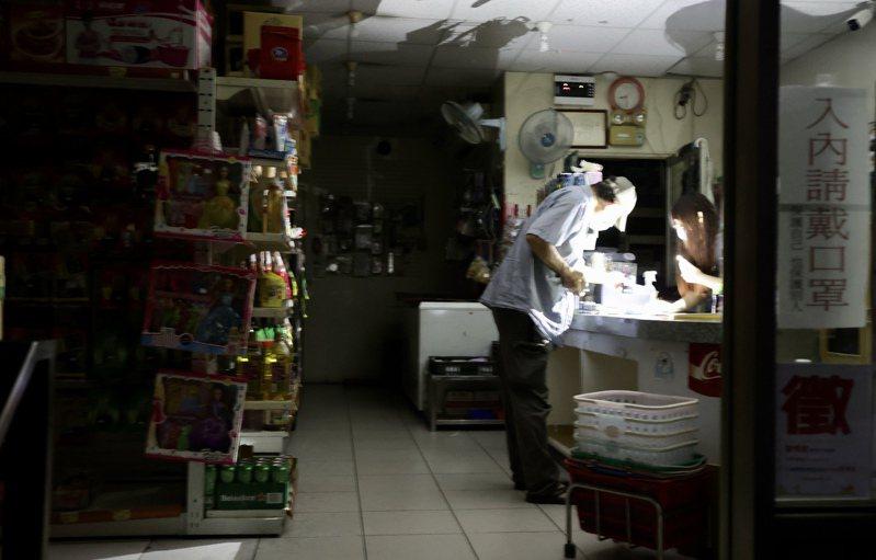 基隆市安樂區晚間無預警停電,正值居民煮飯、倒垃圾的生活時間,不少市民在停電瞬間哀聲連連,民眾抹黑在超商購物。記者 許正宏/攝影