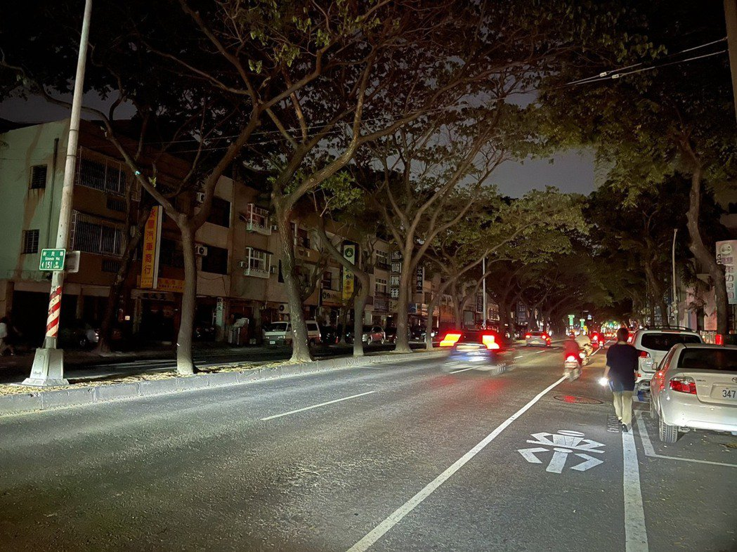 513全台大停電陰影還在,今晚又出現停電狀況,高雄市大順二路一帶今晚黑漆漆。記者...