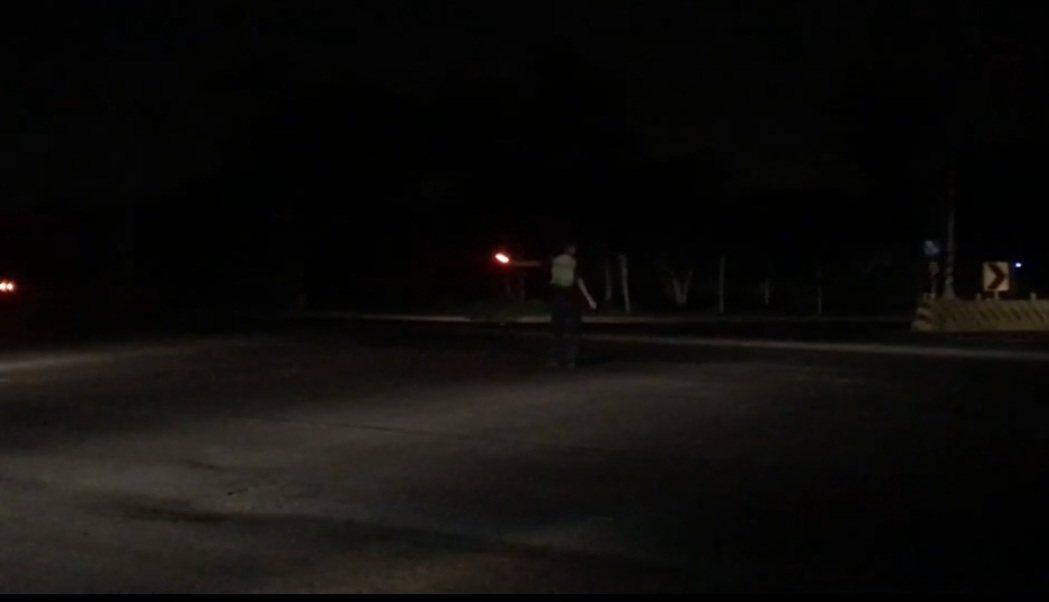 台中市清水警分局員警今晚在路口指揮交通。圖/警方提供