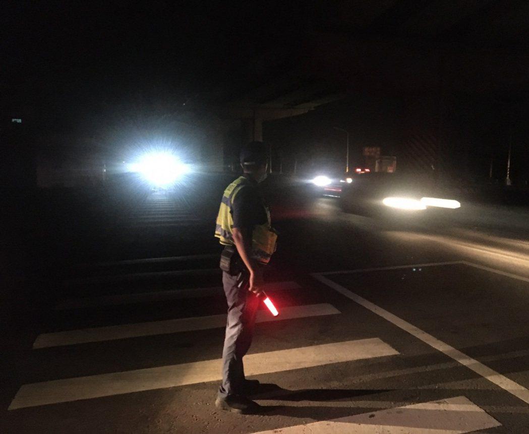 清水警分局員警在路口指揮交通。圖/警方提供