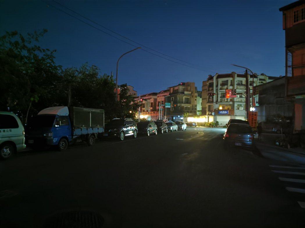 嘉義市後湖里多個路段,晚間8點15分後路燈就停電了。記者卜敏正/攝影