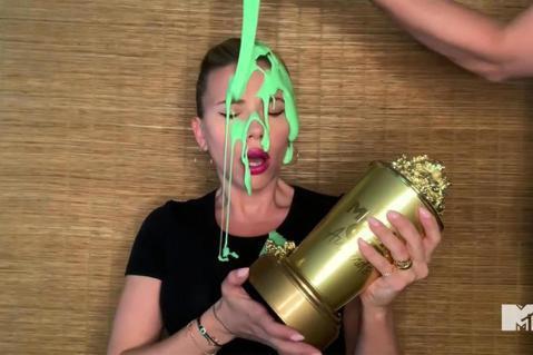 代表普羅大眾口味的MTV影視大獎,今年特別頒發世代獎給「黑寡婦」女主角思嘉莉約翰森,她在家中視訊連線開心領獎,卻在致詞到一半,被身後的老公柯林約斯特當頭澆下綠液,忍不住飆髒話。MTV影視大獎的典禮向...