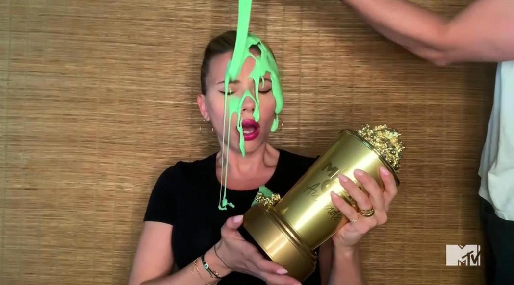 思嘉莉約翰森在家中領取MTV世代特別獎,卻被老公倒了一頭綠液。圖/摘自MTV