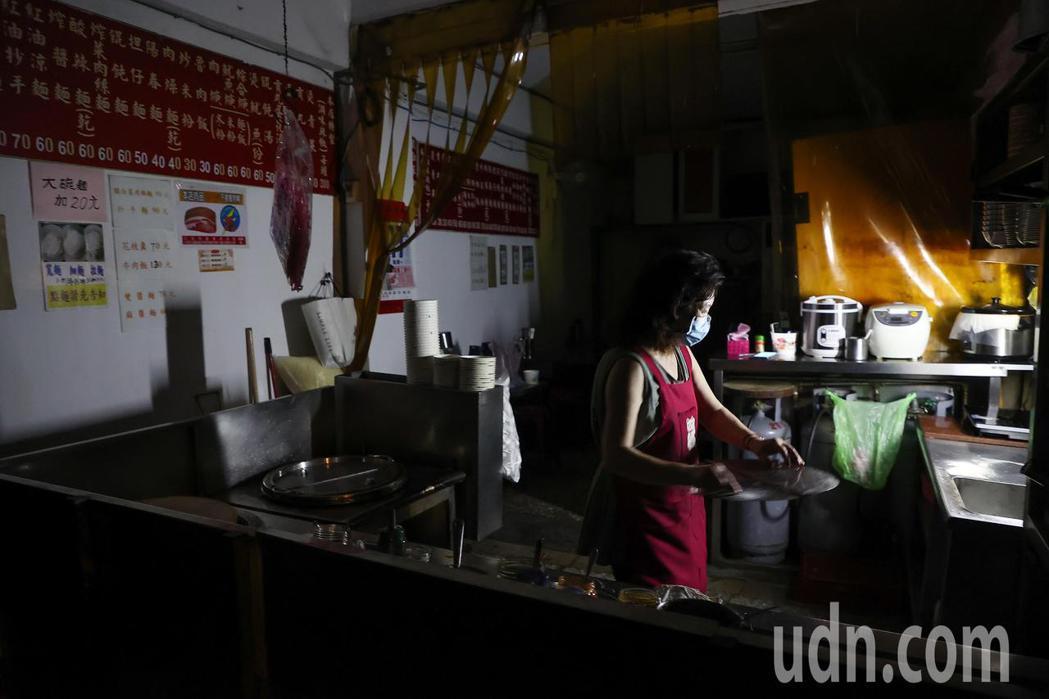 台電今晚再度無預警通知輪流限電,讓許多商家措手不及,台北市內湖一間小吃店面對突然...