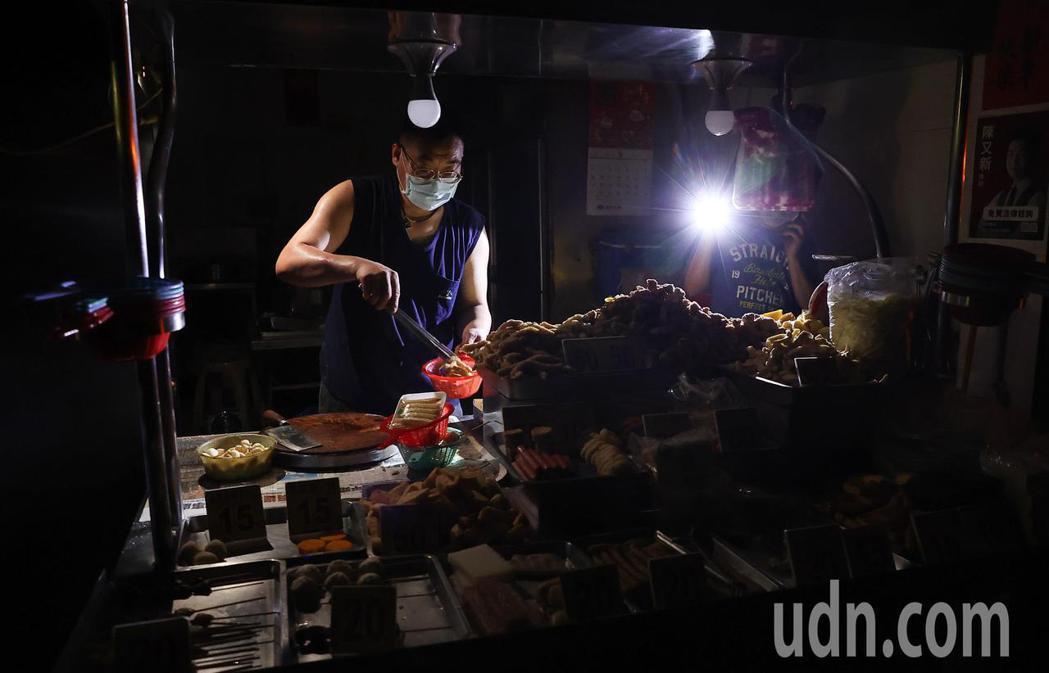 台電今晚再度無預警通知輪流限電,讓許多商家措手不及,台北市內湖一間鹹酥雞店拿著手...