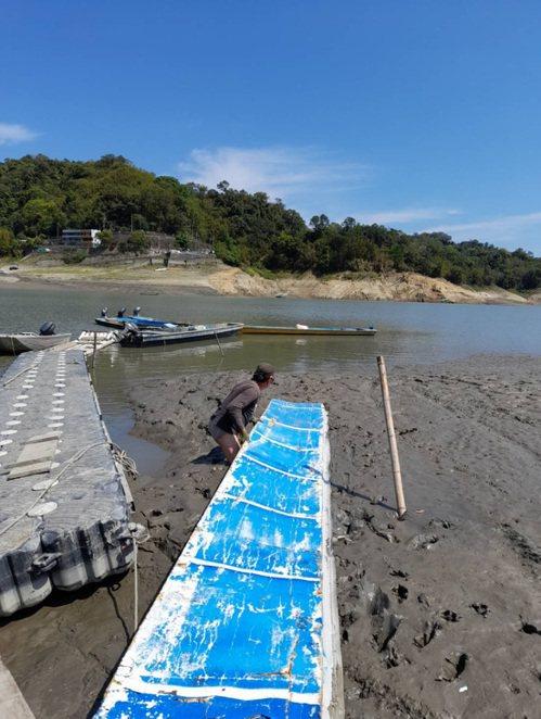石門水庫水位下降,薑母島碼頭變成泥地,必須鋪浮板才能勉強搭船。圖/桃園市議員陳治文提供