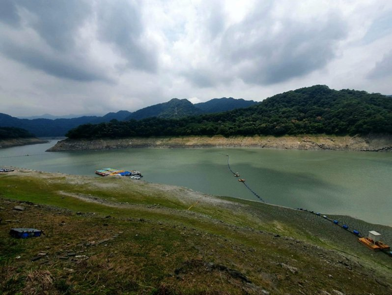 石門水庫壩頂碼頭對面就是仙島,因為枯水期,壩頂集水區水量少了一大半。記者鄭國樑/攝影