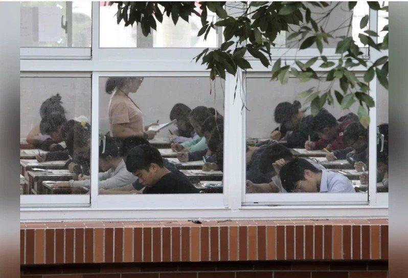 轉學考變書審引起考生不滿,有人抱怨「要不要指考也廢掉考試只看書審?」圖/聯合報系資料照