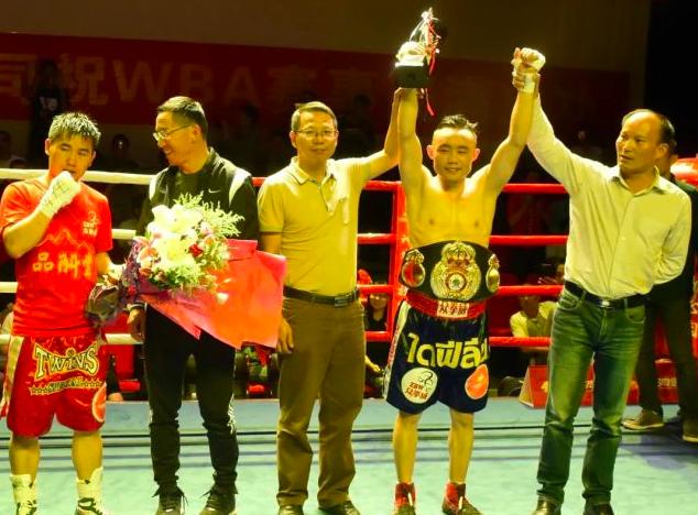 2017年7月1日,張方勇(右二)在昆明舉行的WBA中國雛量級青年金腰帶拳王爭霸賽中戰勝四川選手董川,奪得雛量級青年金腰帶 。(新華社)