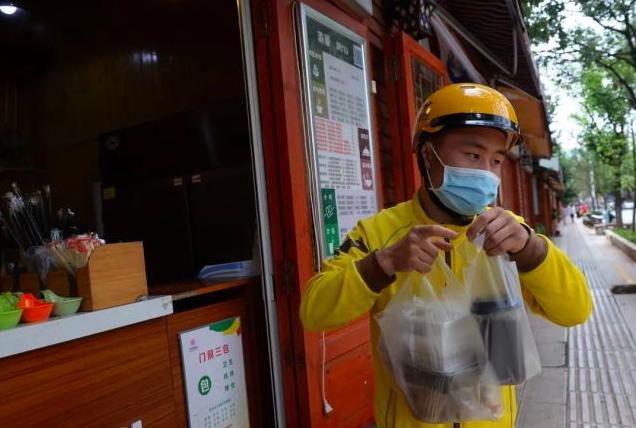 2017年7月11日,昆明,張方勇在送餐途中。圖/取自成都商報