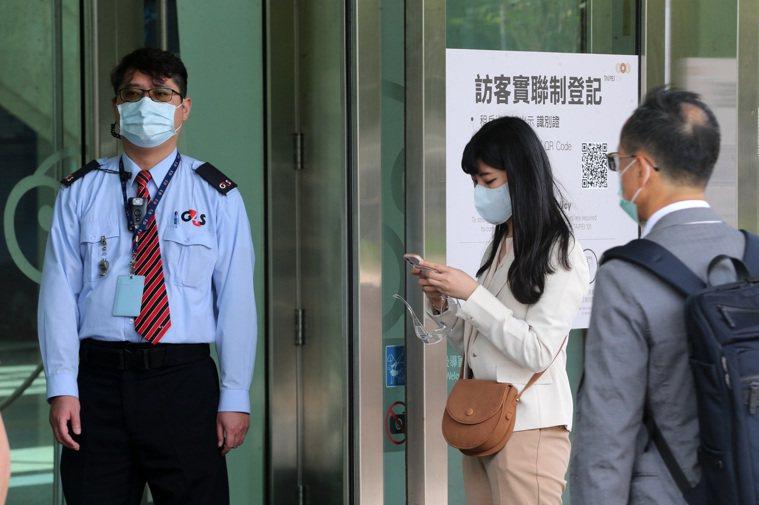 雙北疫情警戒升三級後,台北市許多辦公大樓採實聯制登記。記者胡經周/攝影